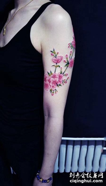 手臂彩绘桃花纹身图案