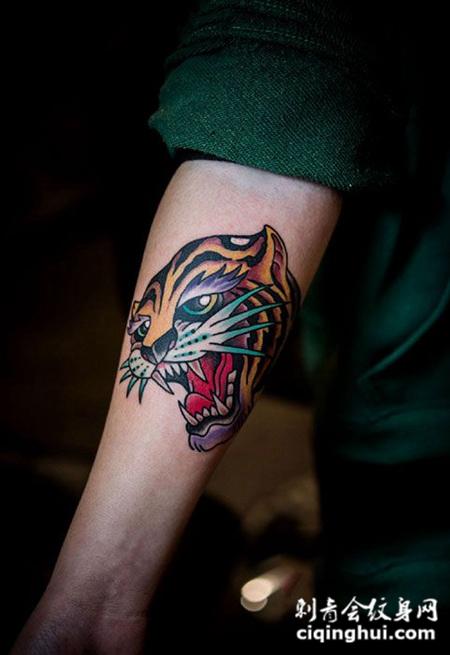 手臂个性school风格虎头纹身图案