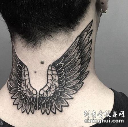 展翅翱翔,颈部好看的翅膀纹身