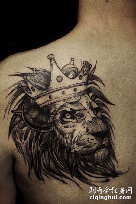 头戴皇冠,后背狮子王纹身图案