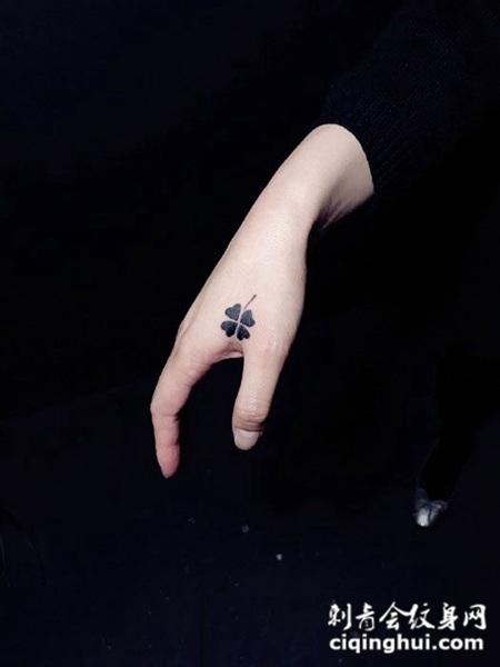 女生虎口四叶草纹身图案图片