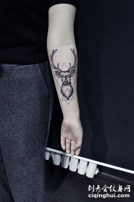 手臂几何麋鹿纹身图案