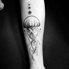 手臂个性水母纹身图案