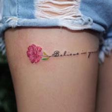 私密花语,大腿鲜花与英文纹身图案
