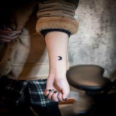 手臂个性小月亮纹身图案