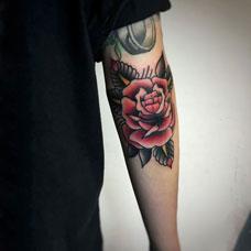 手臂oldschool风格玫瑰纹身图案