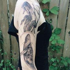 海中的巨兽,手臂黑灰鲸鱼纹身