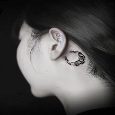 月牙弯弯,耳后月亮图腾纹身