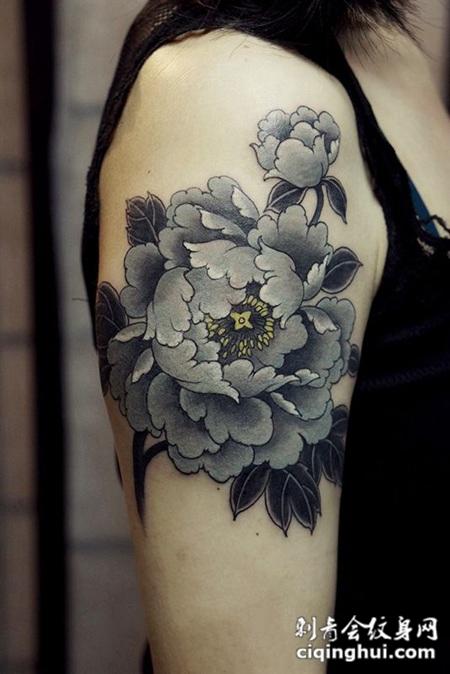 孤芳自赏,手臂好看的牡丹花纹身图案