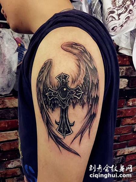 天国的信仰,手臂翅膀与十字架纹身图案