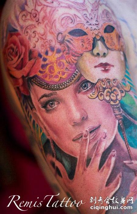 胳膊上带着面具的美女纹身图片