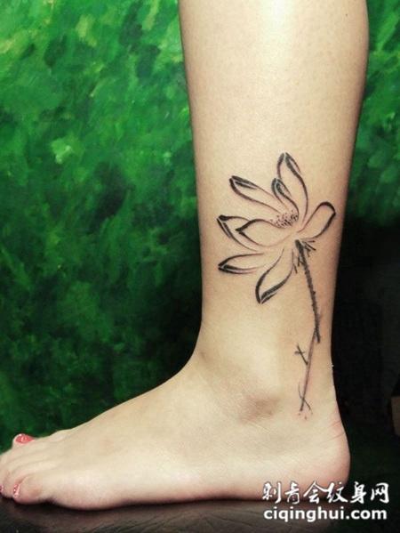 脚踝上的莲花纹身