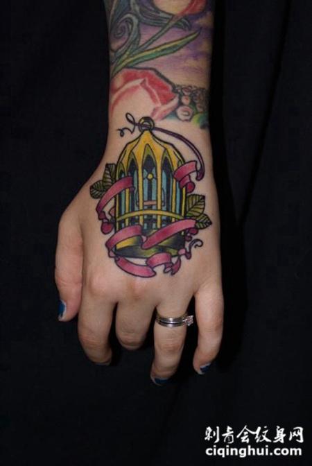 手背上的鸟笼纹身