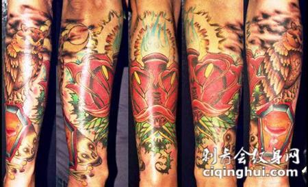 小臂上的玫瑰猫头鹰纹身