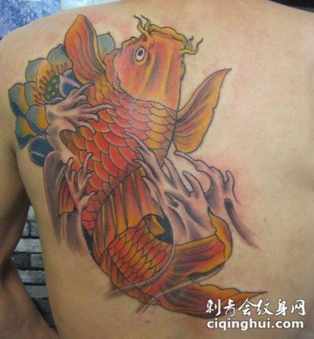 后背鲤鱼荷花纹身