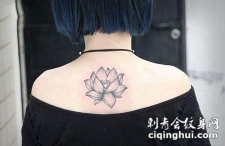 素雅之美,后背个性莲花点线纹身