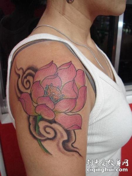 大臂粉色莲花纹身图案