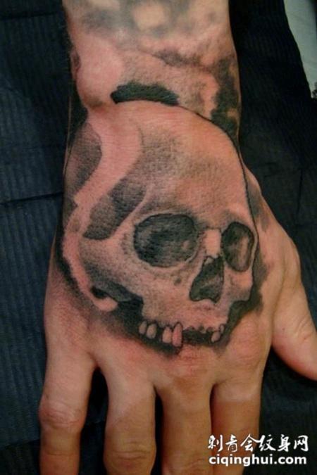 手背上的骷髅纹身图案