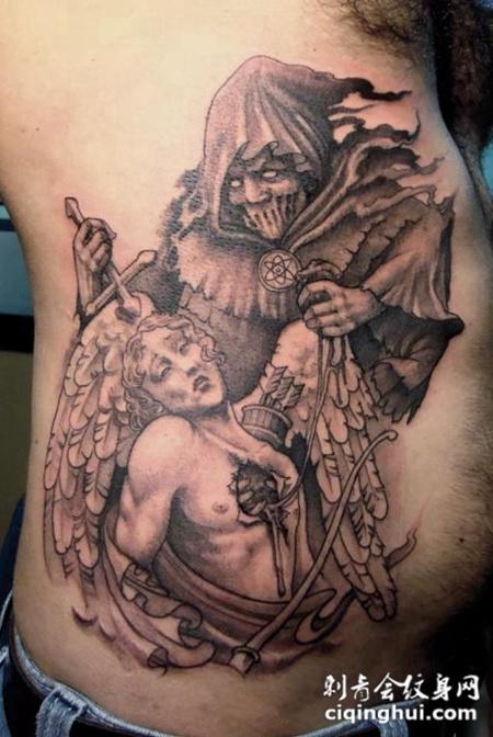 腰侧被恶魔挖心的天使纹身图案