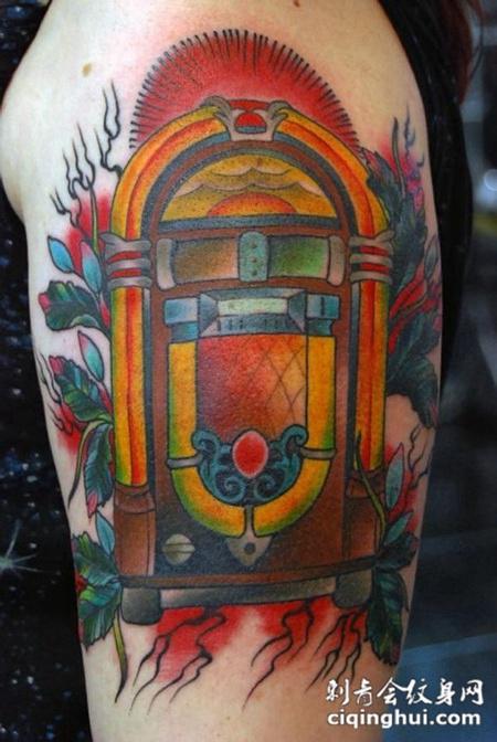 大臂鸟笼子纹身图案