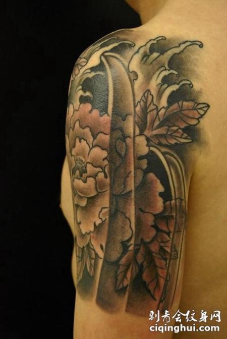 胳膊上的牡丹浪花纹身图案