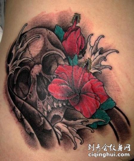 肩膀上的骷髅木槿花纹身图案
