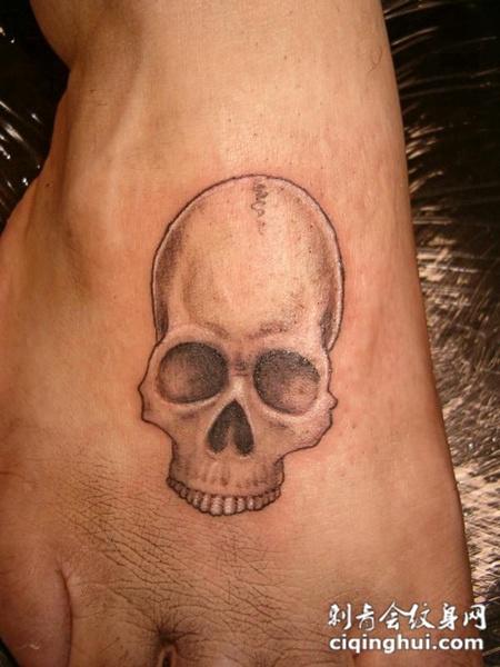 脚面上的骷髅纹身图案