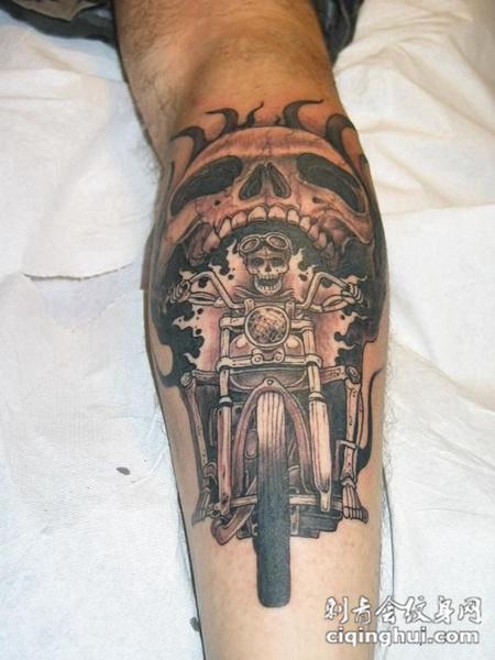小臂上的骷髅机车纹身图案
