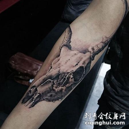 岁月的痕迹,手臂羊首骷髅写实纹身