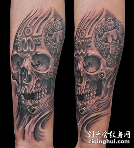 小臂上刻着花纹的骷髅纹身图案