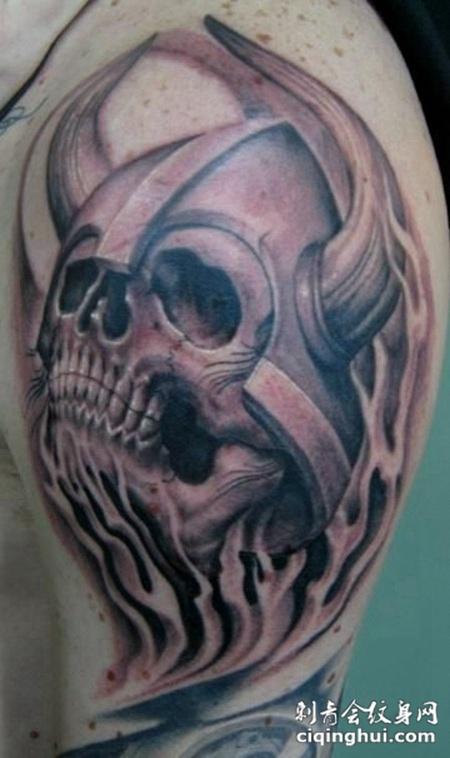 大臂上尖角的骷髅纹身图案