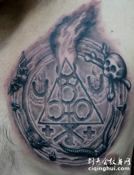 胸前的石刻罗盘骷髅纹身图案