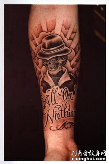 小臂上带着帽子的骷髅头纹身图案