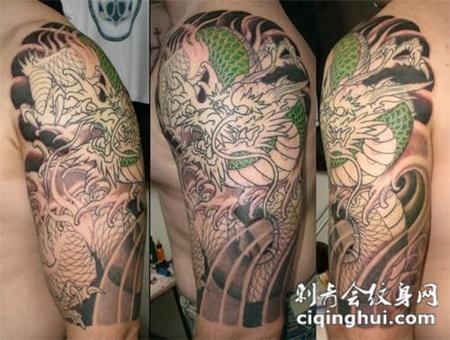 胳膊上绿色的龙纹身图案