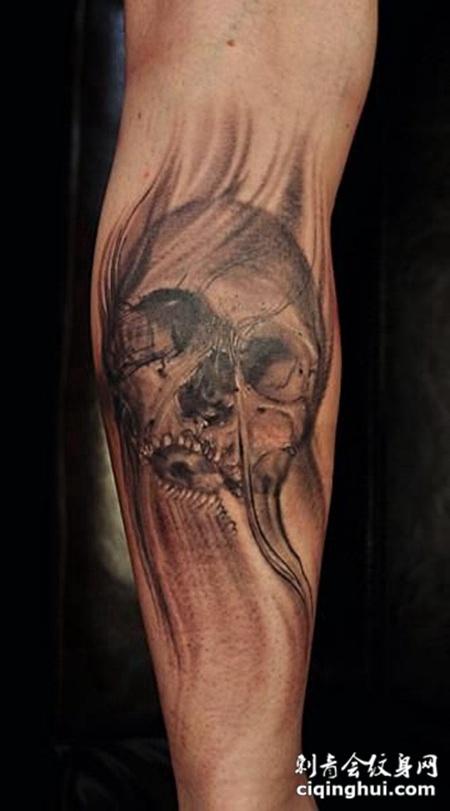 小臂上风化的骷髅头纹身图案