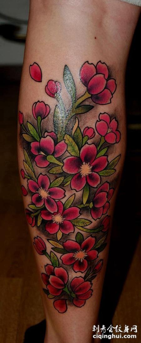 小腿上的桃花纹身图案