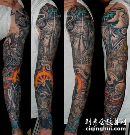 花臂上的骷髅海盗船纹身图案