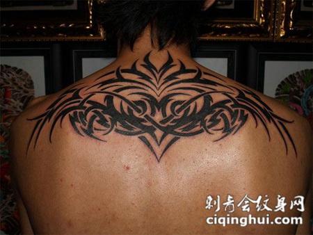 后背上的抽象猫头鹰图腾纹身图案