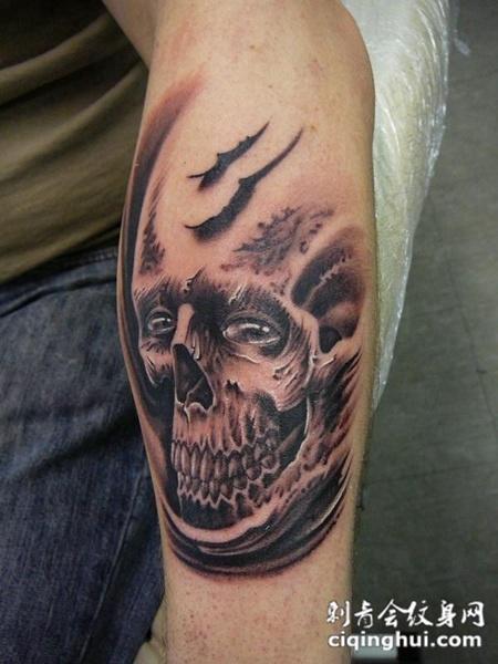 小臂上的骷髅头纹身图案
