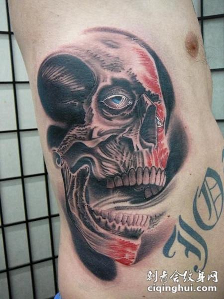 腰侧一个骷髅头的纹身图案