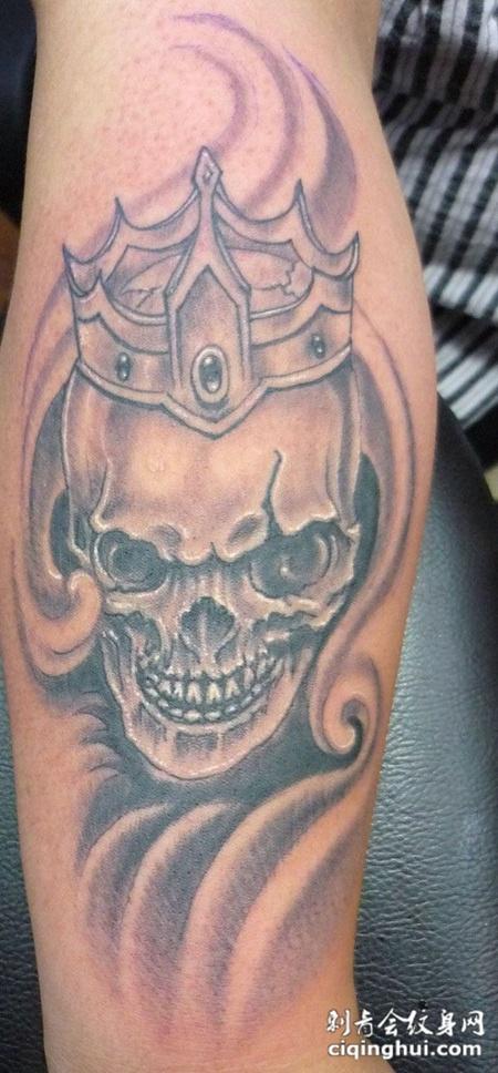 胳膊上的骷髅王纹身