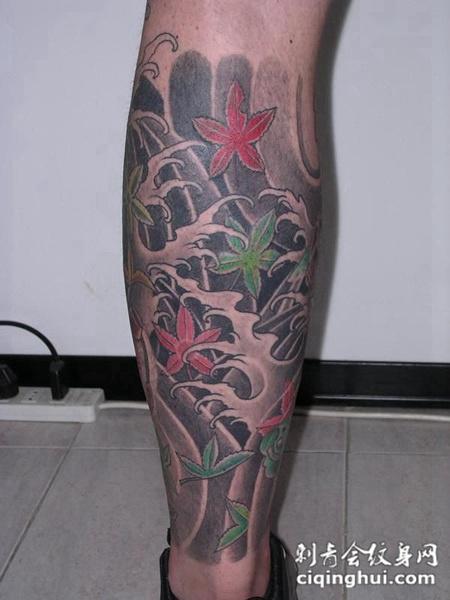 小腿上的枫叶浪花纹身图案