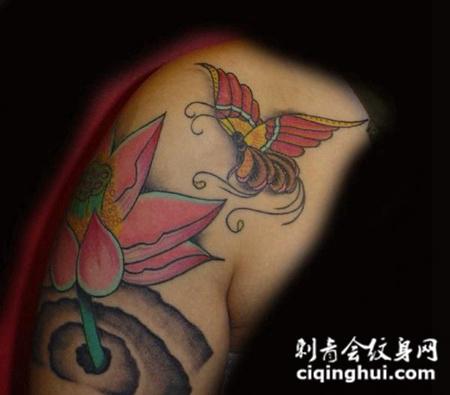 大臂上的粉色莲花纹身图案