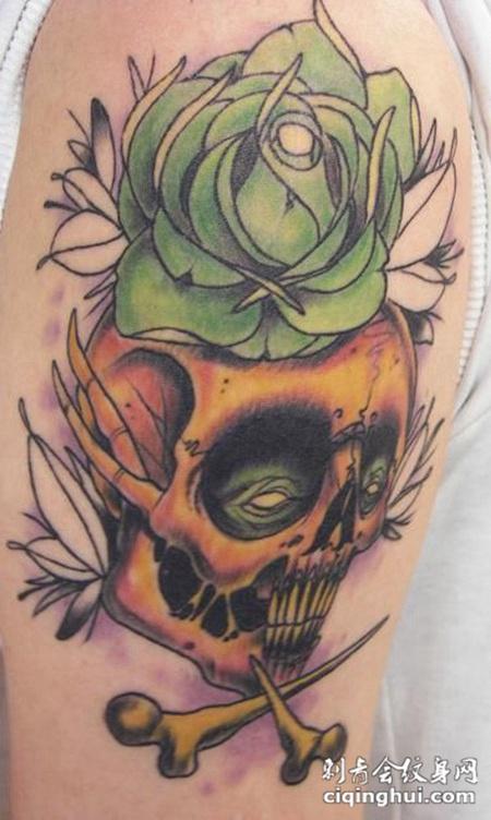 大臂上的骷髅头玫瑰花纹身图案