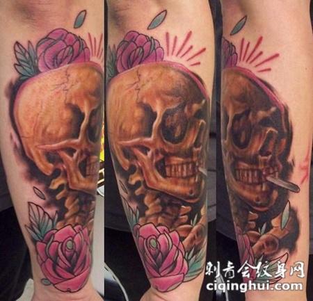 小臂上的骷髅玫瑰花纹身图案