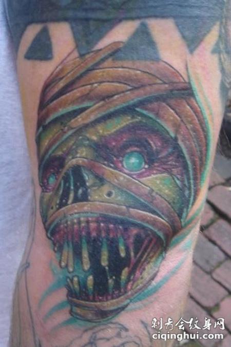 大臂上缠着绷带的骷髅纹身图案