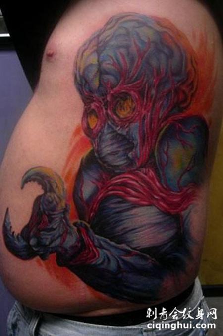 腰侧的外星人纹身图案