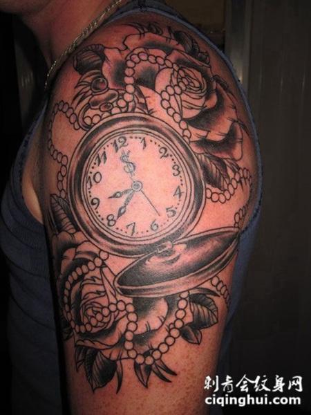 大臂上的怀表玫瑰纹身图案