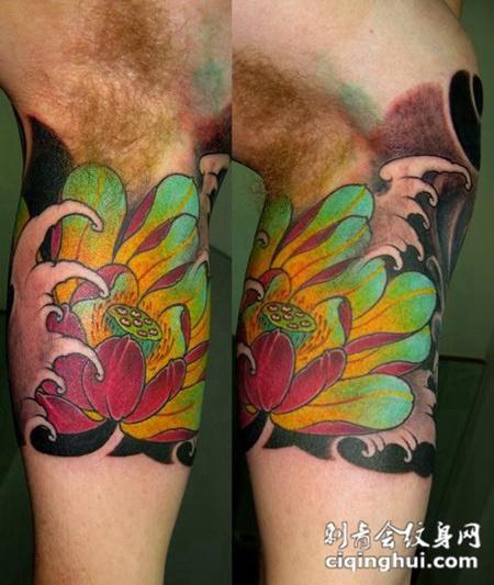 大臂上的莲花纹身图案