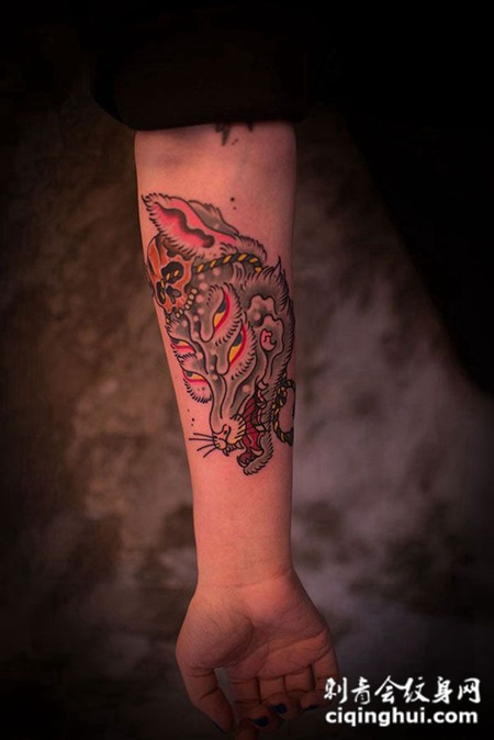 小臂上的狐狸头纹身图案